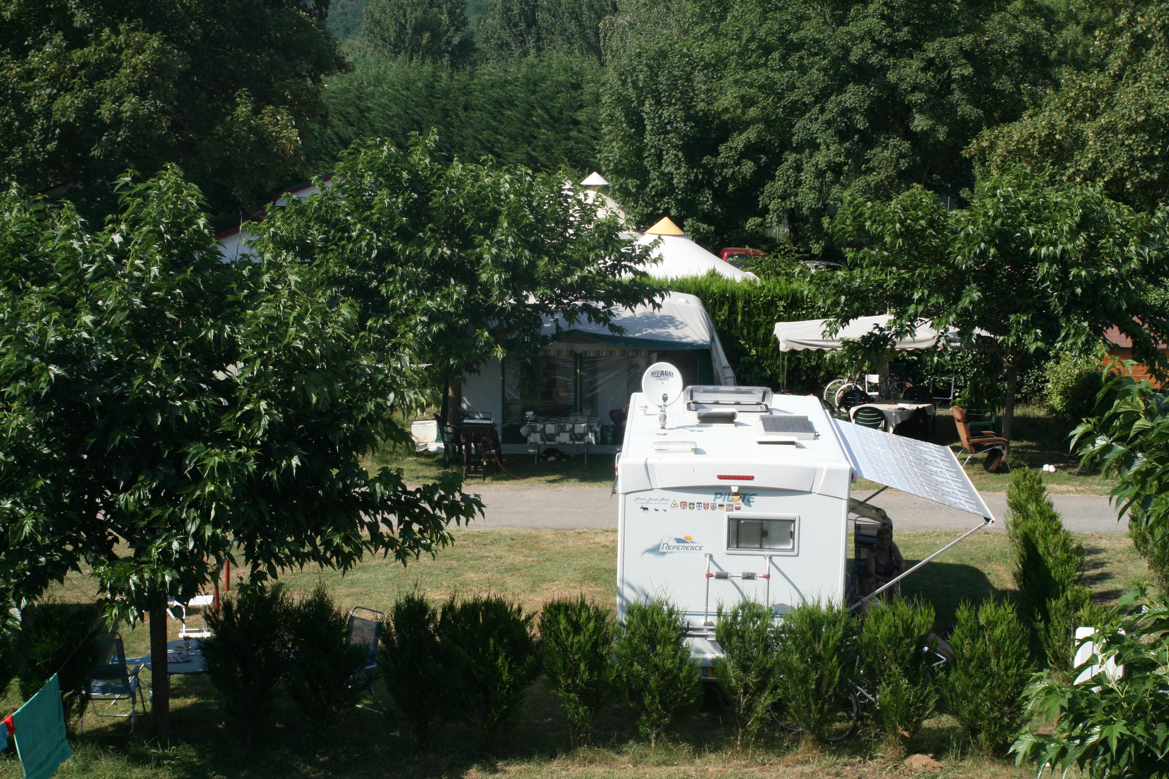 Emplacement - Emplacement Électricité 10A + 1 Voiture + Tente Ou Caravane - Camping du Lac