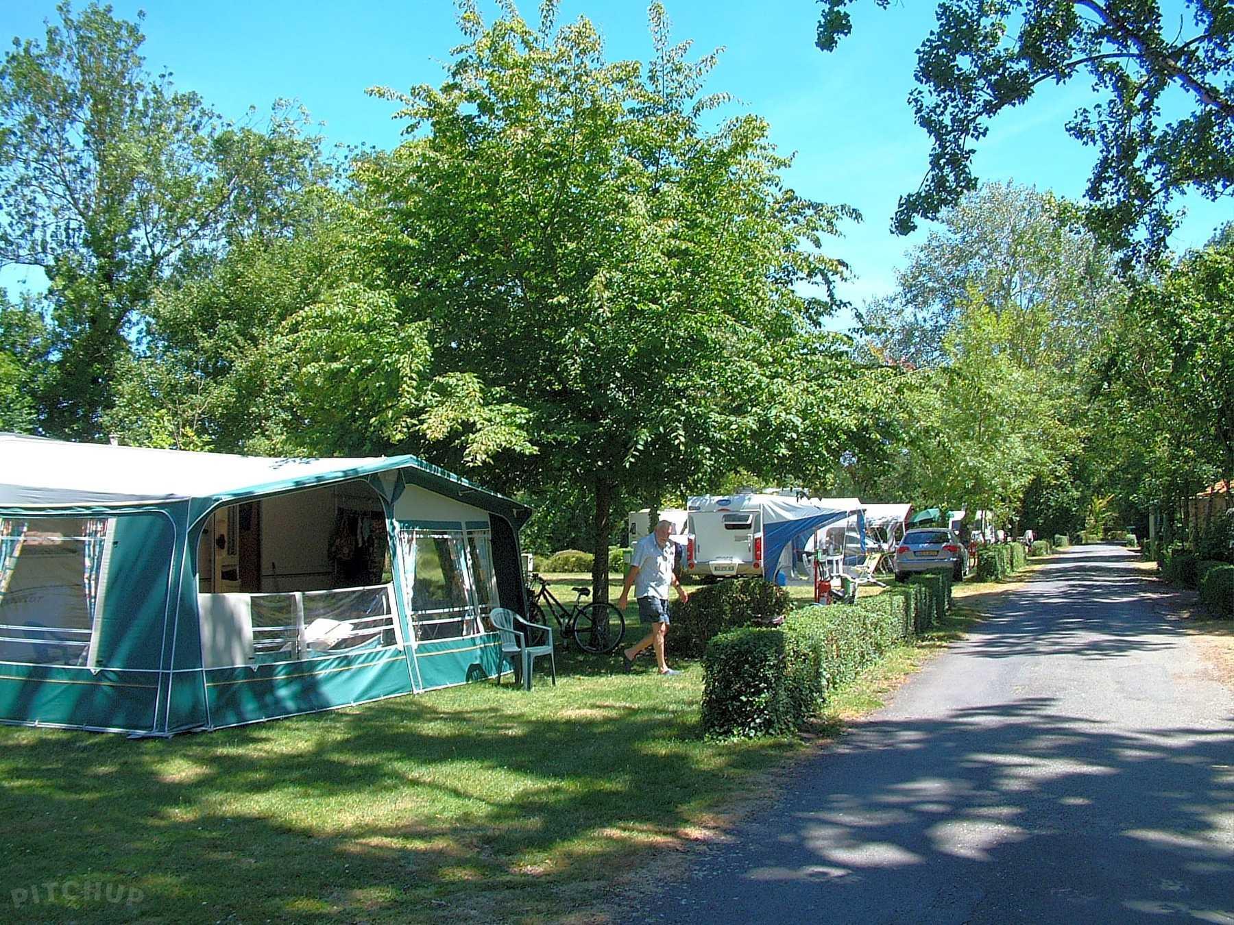Emplacement - Forfait Confort (1 Tente, Caravane Ou Camping-Car / 1 Voiture / Électricité 10A) - Camping Le Bois Dinot