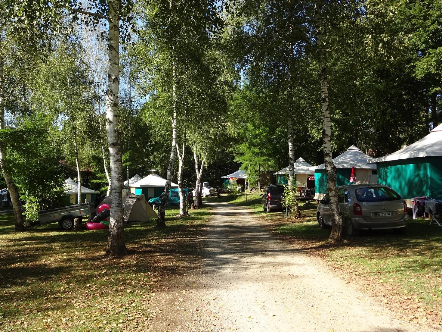 Emplacement - Forfait Confort 2 Campeurs - 1 Tente Ou Caravane - 1 Véhicule, Avec Électricité - Camping Parc d'Audinac les Bains