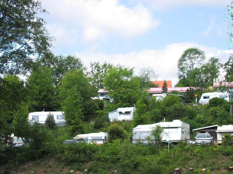 Emplacement - Tente / Caravane: 2 Adultes + 2 Enfants - Campingplatz Am Bärenbache