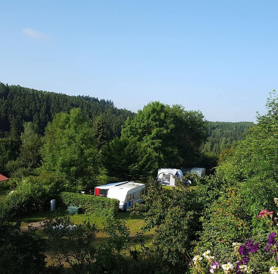 Emplacement - Tente / Caravane: 2 Adultes + 1 Enfant - Campingplatz Am Bärenbache