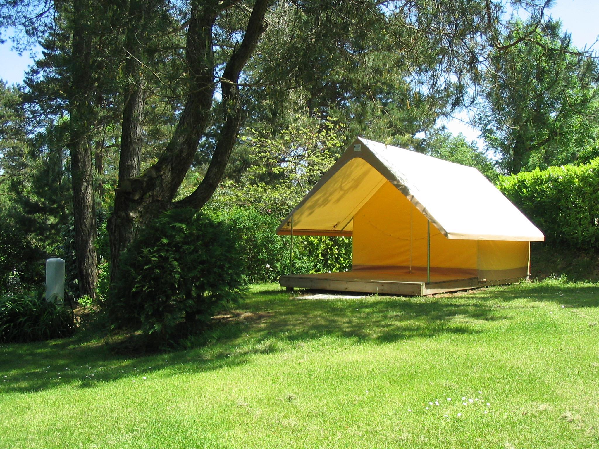 Tente sur terrasse bois