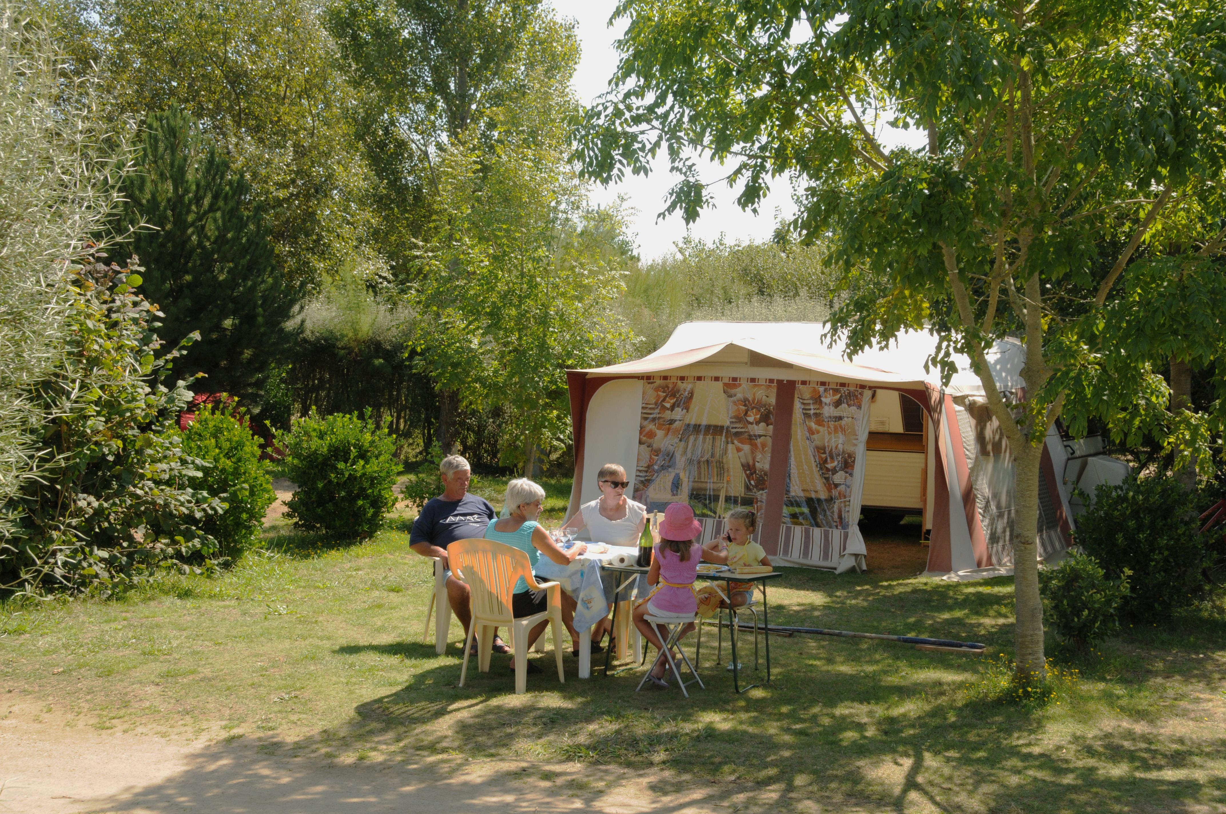 Emplacement - Forfait Confort (1 Tente, Caravane Ou Camping-Car / 1 Voiture / Électricité 10A) - Camping La Grande Plage