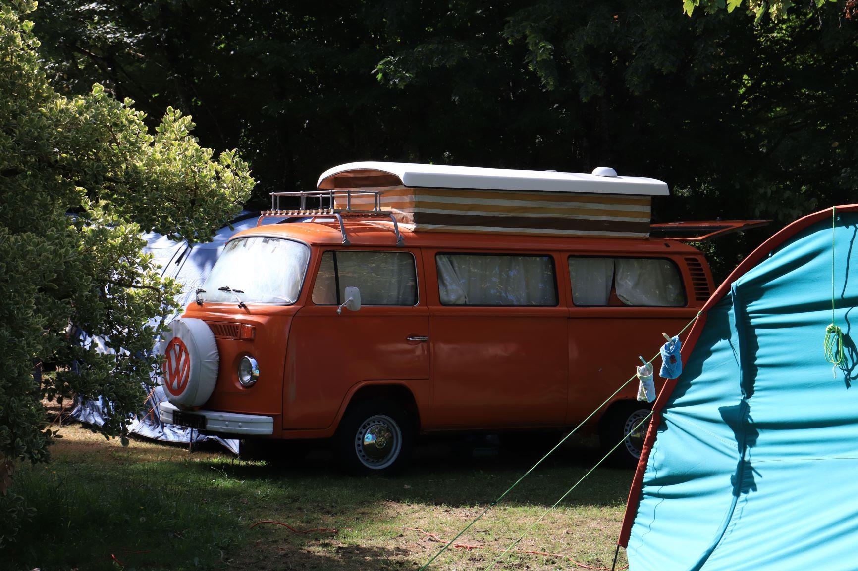 Forfait confort (emplacement + 1 véhicule + électricité + 2 personnes)