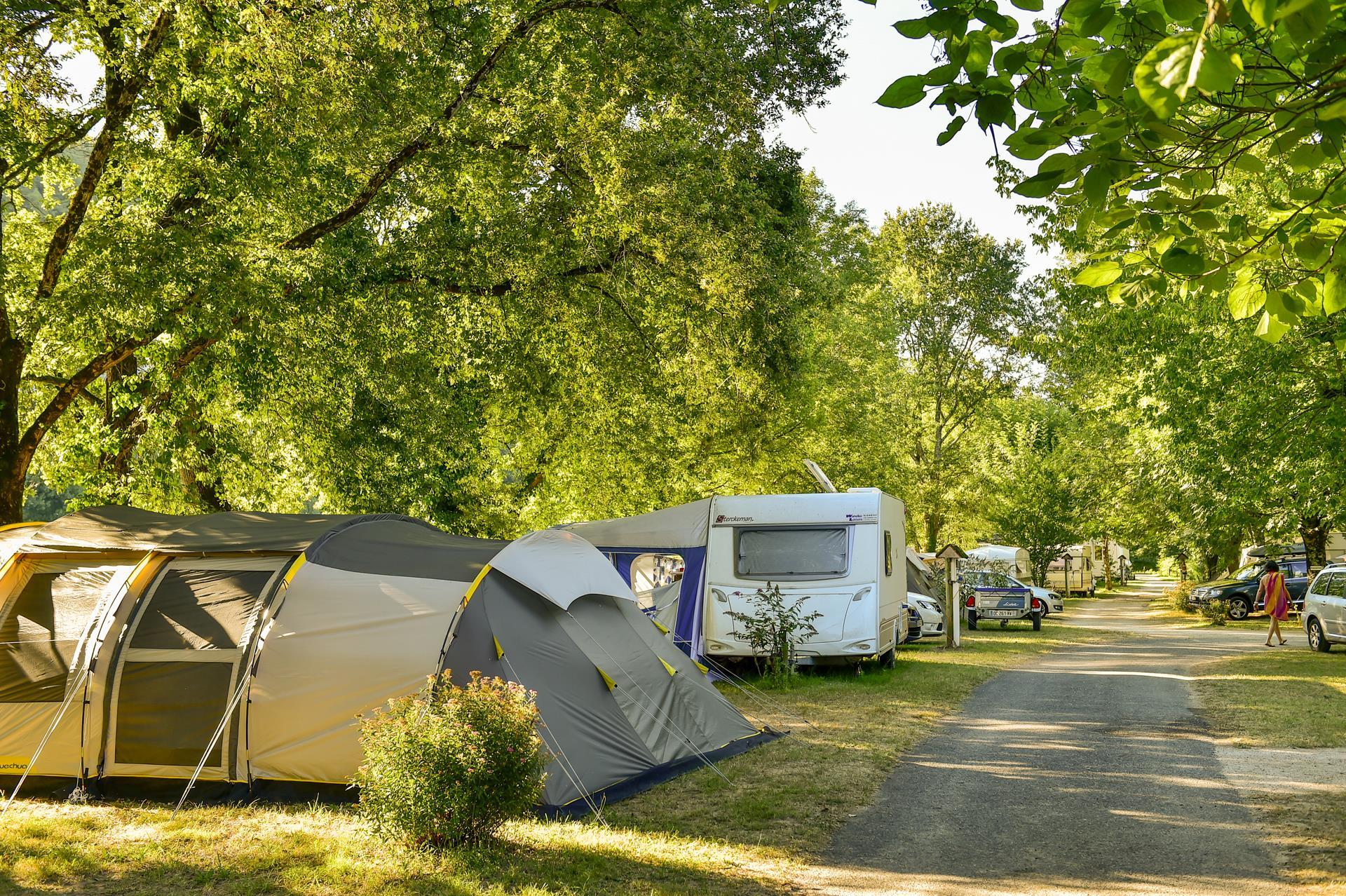 Emplacement  Intérieur de Camping + Véhicule (environ  10m x 10m)