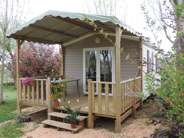 Mobil-home TRIGANO VIP. ( 1 chambre )  20 m2 + 10 m2 de terrasse couverte sur pignon. Possibilité de mettre un lit parapluie dans la chambre parentale. TV