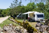 Pitch - Privilege Package (1 tent, caravan or motorhome / 1 car / electricity 10A) + Water point - Castel Domaine De La Faurie