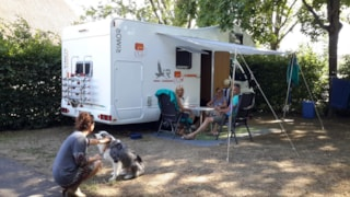 Pitch with electricity including 2 people, 1 car + 1 tent / caravan OR 1 camper