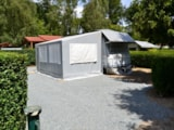Rental - Caravan Gisele with awning 16 m² Confort (1 Bedroom) + winter awning 24 m² + heating and air conditioning - Flower Camping du Lac de la Seigneurie