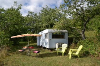 equipped caravan stove , sink, and electricity. Location  5 located 50m with sanitary toilets , hot showers , dishwashing sinks and tub . no close neighbors . Sheets extra.