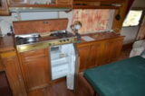 Rental - equipped caravan stove , sink, and electricity. Location 24 located 50m with sanitary toilets , hot showers , dishwashing sinks and tub . no close neighbors . Sheets extra. - Aire naturelle de Camping Les Cerisiers
