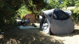 Pitch - Nature slot 1, good view , shadow, 50m sanitary with hot showers, toilets , dishwashing tray , no close neighbors , quiet and calm . - Aire naturelle de Camping Les Cerisiers