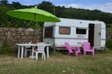 Rental - Caravan equipped with gas cooker, washbasin, and electricity. Location n ° 6 located at 50m from the sanitary facilities with toilets, hot showers, dishwasher and washbasins. No close neighborhood. B - Aire naturelle de Camping Les Cerisiers