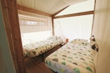 Rental - Canvas bungalow 30 m² (2 bedrooms, bathroom and kitchenette) + sheltered terrace - Camping Domaine La Plage du Garoustel