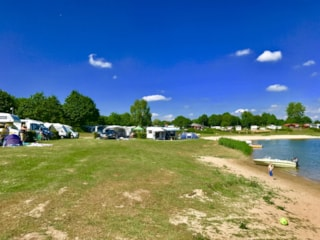 Pitch on the waterside : car + tent/caravan or camping-car + electricity + water