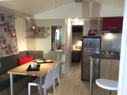 Locatifs - Mobilhome Confort Panoramique 2 chambres Face au Lac - Camping D'Herbelon