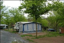 Standplaats: 1 tent of 1 caravan + 1 auto + electriciteit 3 amp.