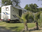 Pitch - Pitch CONFORT PLUS : 1 tent, caravan or motorhome + 1 car + electricity 10A + Water point - Airotel Camping Le Soleil