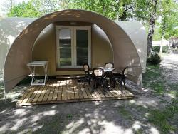 Coco Sweet; Tussen De Tent En Een Mobile-Home Is Coco!