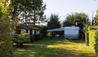 Pitch Glamping 180m² with Fridge/freezer in a garden shed - 16A