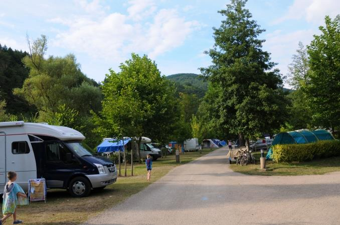 PREMIUM Pitch Lot Riverside : car + tent/caravan or camping-car + electricity 10A