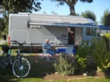 Pitch - Grand Comfort Package (1 Tent, Caravan Or Motorhome / 1 Car / Electricity 10A) - Flower Camping les Genêts