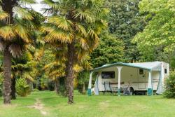 Emplacement Castel Premium 120m² (Empl confort + salon de jardin + frigo + barbecue + wifi)