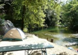 Pitch - Privilege Package (1 tent, caravan or motorhome / 1 car / electricity 10A) - Riverside - Camping Au Vallon Rouge