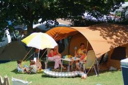 Pitch - Family Package (2 Adults, 2 Children (-12 Years), Car, 2 Tents, Caravan Or Camping-Car, With Electricity) - Camping du Lac du Lit du Roi