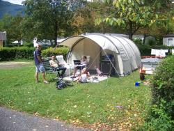 Standplaats - Forfait Grand Confort (Voertuig+Tent Of Caravan Elektriciteit 10A + Water) - Camping du Lac de Carouge