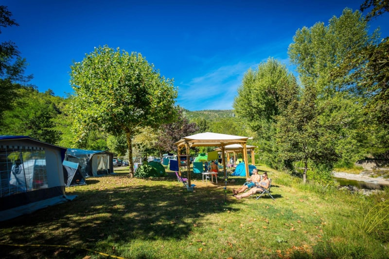 Privilege Package (1 tent, caravan or motorhome / 1 car / electricity 10A) + Riverside  / Pergola  / 100-180 m²
