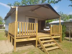 Huuraccommodaties - Bungalowtent  25 M² (2 Kamers) + Terras Premium + - Flower Camping Le Riviera