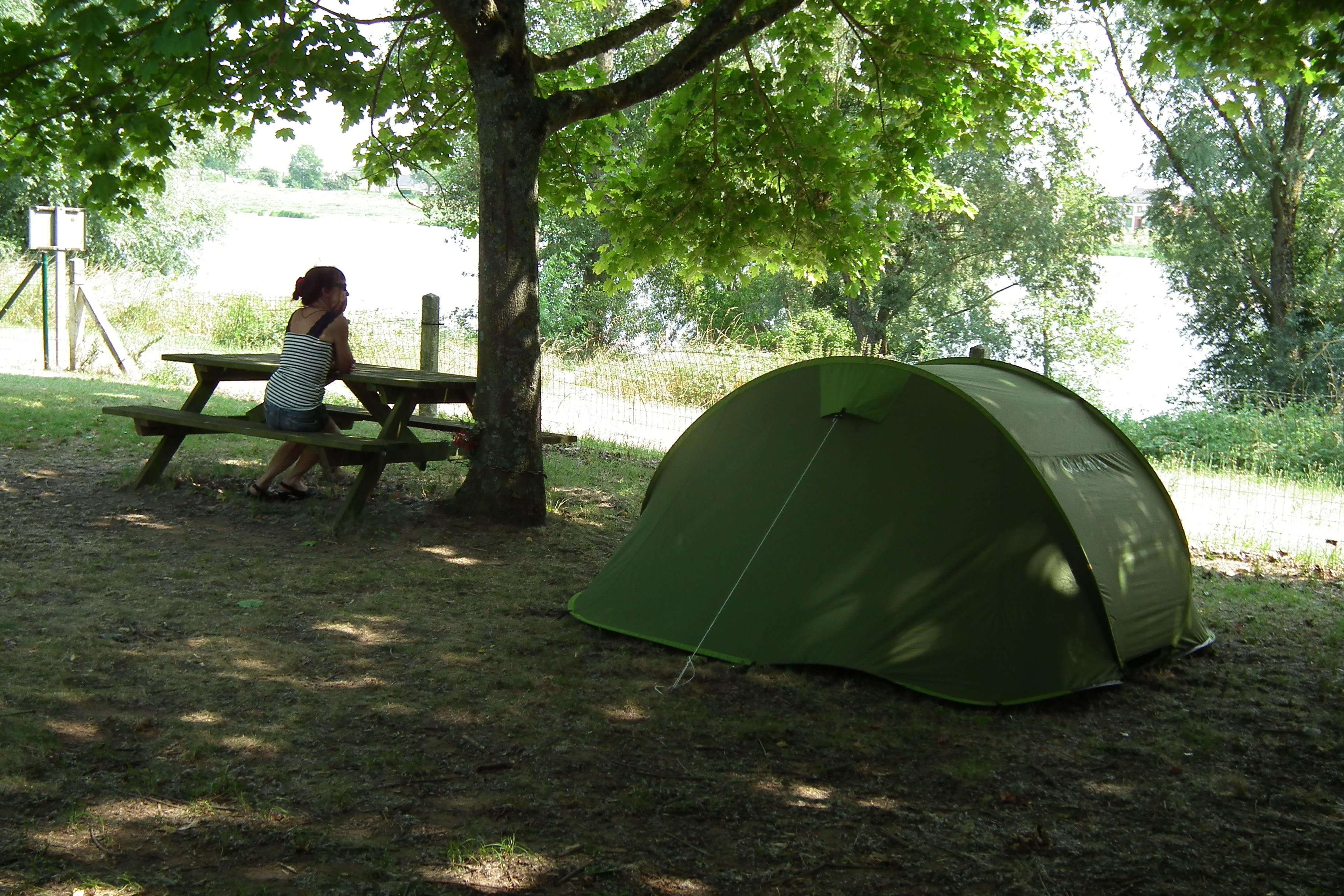 Camping pitch riverside on the edge of the loire valley for Camping le jardin de tivoli
