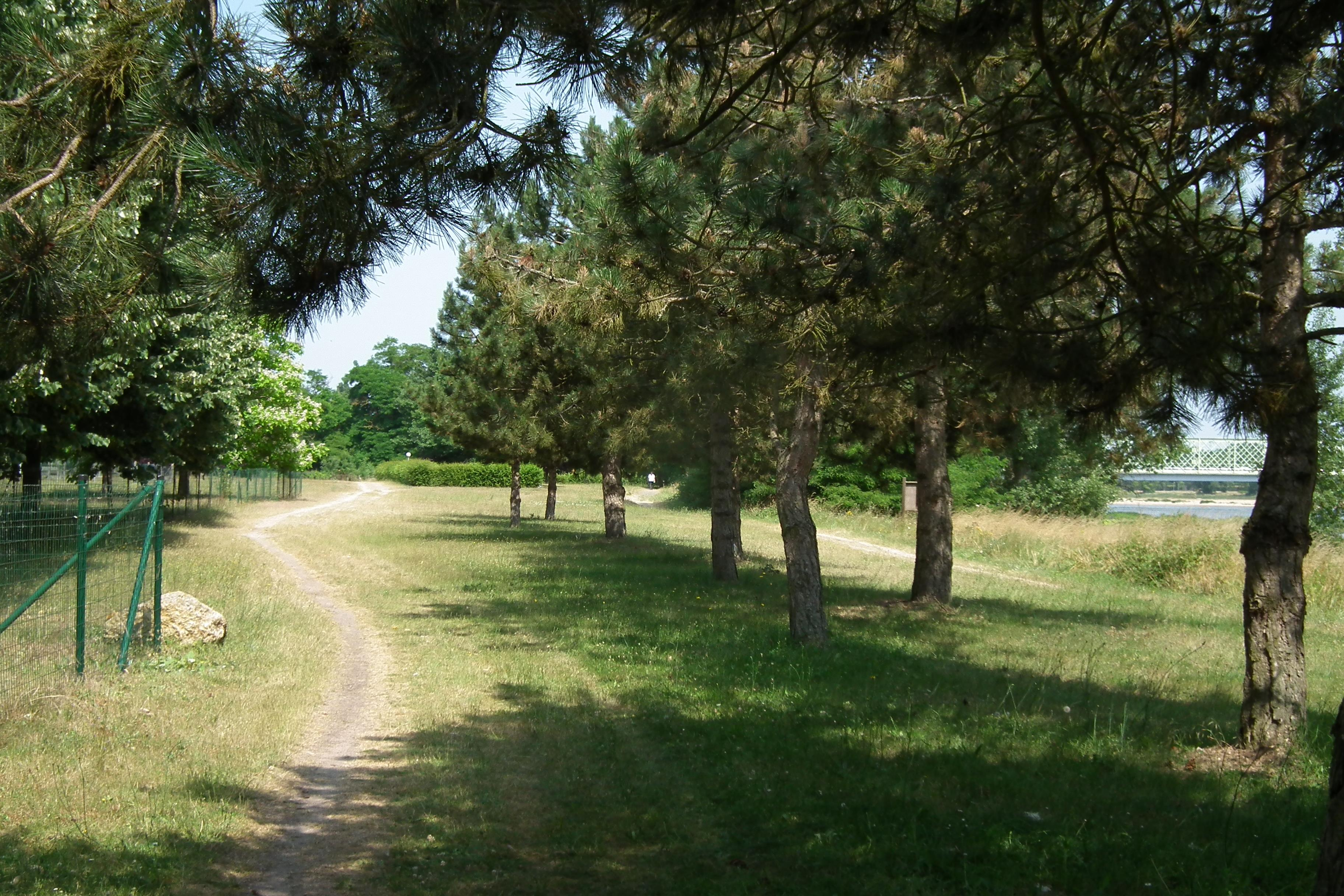 Camping pitch riverside on the edge of the loire valley for Camping le jardin de sully sully sur loire