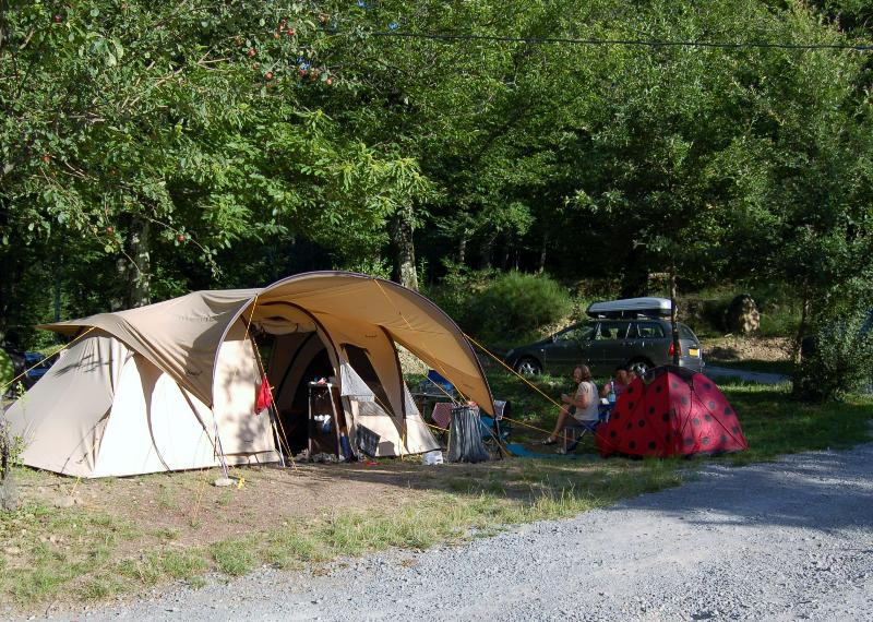 Location 2 people + equipment (caravan or tent or camper) + 1 vehicle