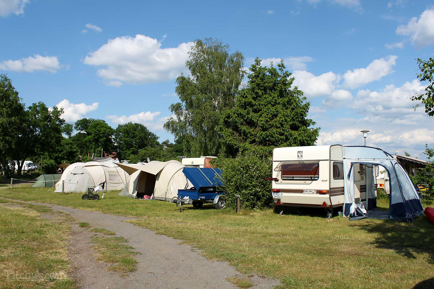 Pitch 80-120 m² + camping-car or caravan or big tent + max. 5 kwh of electricity