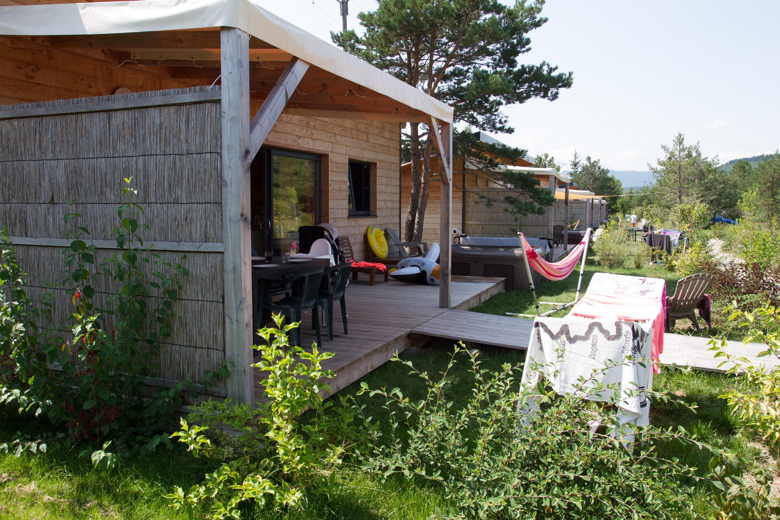 Location - Chalet Luxe: 2 Chambres, 2 Sdb + Wc, Cuisine. Jacuzzi, Barbecue - Camping Les Rives du Lac