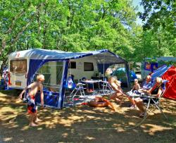 Pitch - Espace Package (1 tent, caravan or motorhome / 1 car / electricity 10A) - Camping Lou Castel