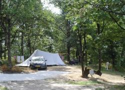 Pitch - New  ! Quiet Pitch XL Sémillion with shadow , situated in the wood, for caravan or tent only - 100 à 150 m² - Camping Sites et Paysages DOMAINE DE L'ÉTANG DE BAZANGE