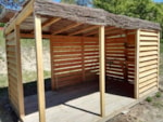 Pitch - Glamping pitch XL 150m² + terrace with wooden pergolas with shutters for more privacy + summer kitchen (sink with cold water, stove 2 burners, refrigerator, picnic table, lighting) + electricity 10 A - Camping Sites et Paysages DOMAINE DE L'ÉTANG DE BAZANGE