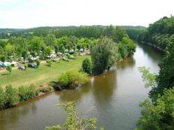 Standplaats - Large kampeerplaats met elektriciteit by the river + de 120 m² - CAMPING LE ROCHER DE LA GRANELLE