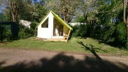 Huuraccommodaties - Junior plus tente WITH SANITARY 5 personns and terrace - CAMPING LE ROCHER DE LA GRANELLE