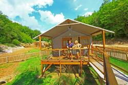 Rental - Wooden cabin Lodge on piles 35 m² / 2 bedrooms - sheltered terrace (with private facilities) - Camping Club Périgord Vacances