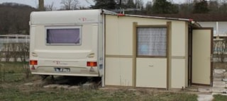 Equipped caravan - without toilet blocks - sheltered terrace