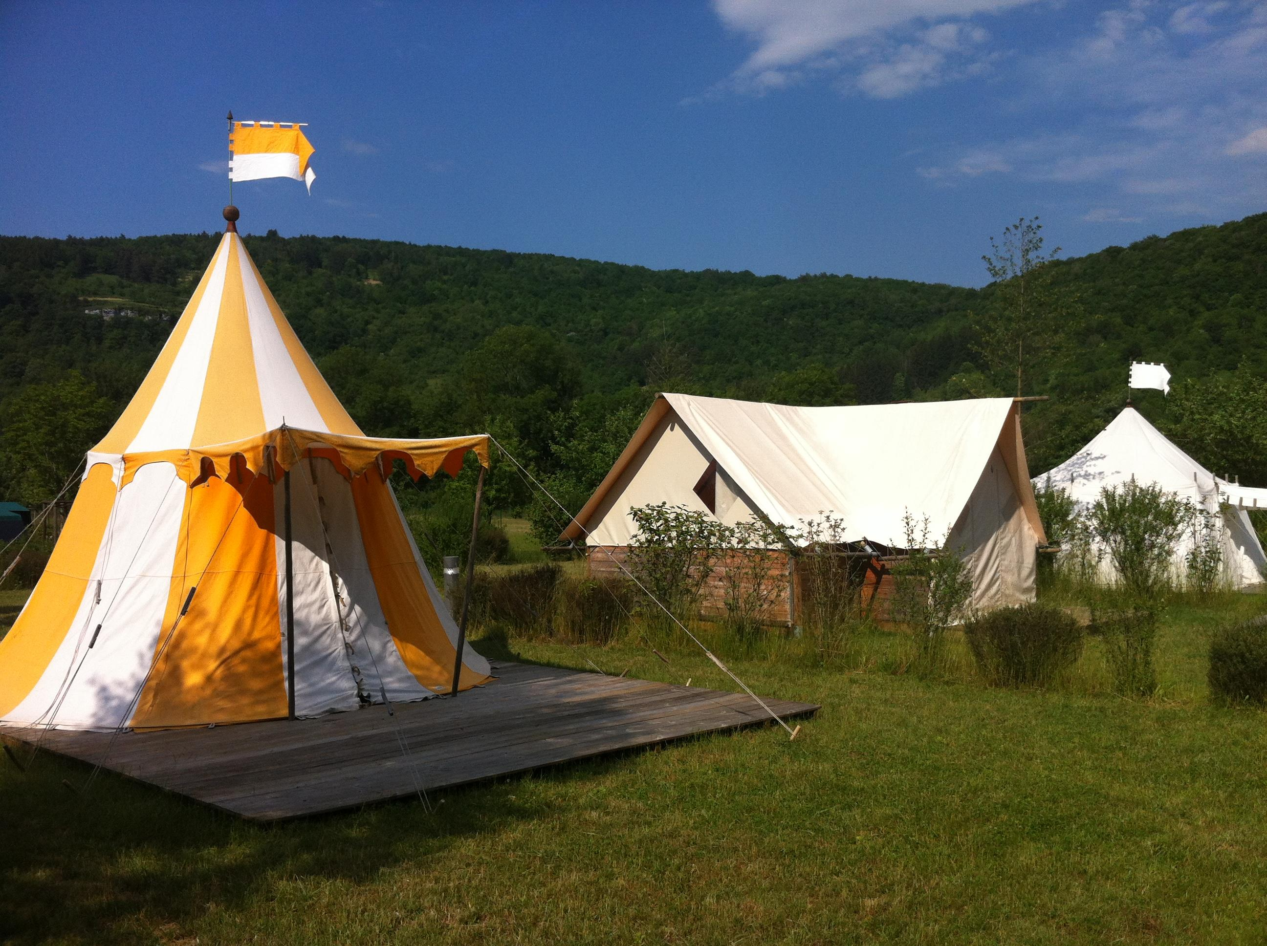 Location - Lodge Merlin - 14M² - 1 Chambre Pour Les Chevaliers En Campagne - Camping La Roche d'Ully