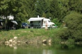 Pitch - Privilege Package (1 Tent, Caravan Or Motorhome / 1 Car / Electricity 10A) - Riverside - Flower Camping Les 3 Ours