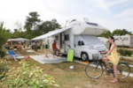 Pitch - Package Premium : Pitch 150m², caravan, camping-car or tent, electricity 10A, water, drainage, 1 car, with barbecue, picnic table and Wi-Fi included - YELLOH! VILLAGE - SYLVAMAR