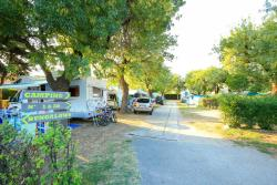 Emplacement - Tente < 3.5m + 2 adultes + 1 véhicule + taxes - Bungalows du Golfe - Camping les Pruniers