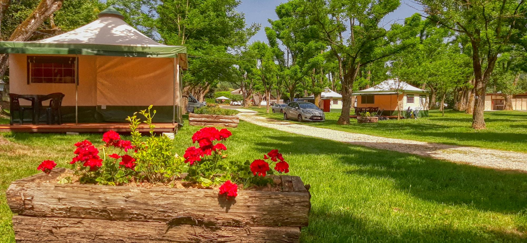 Accommodation - Bengalow Toilé Avec Terrasse Bois - Camping BELLERIVE
