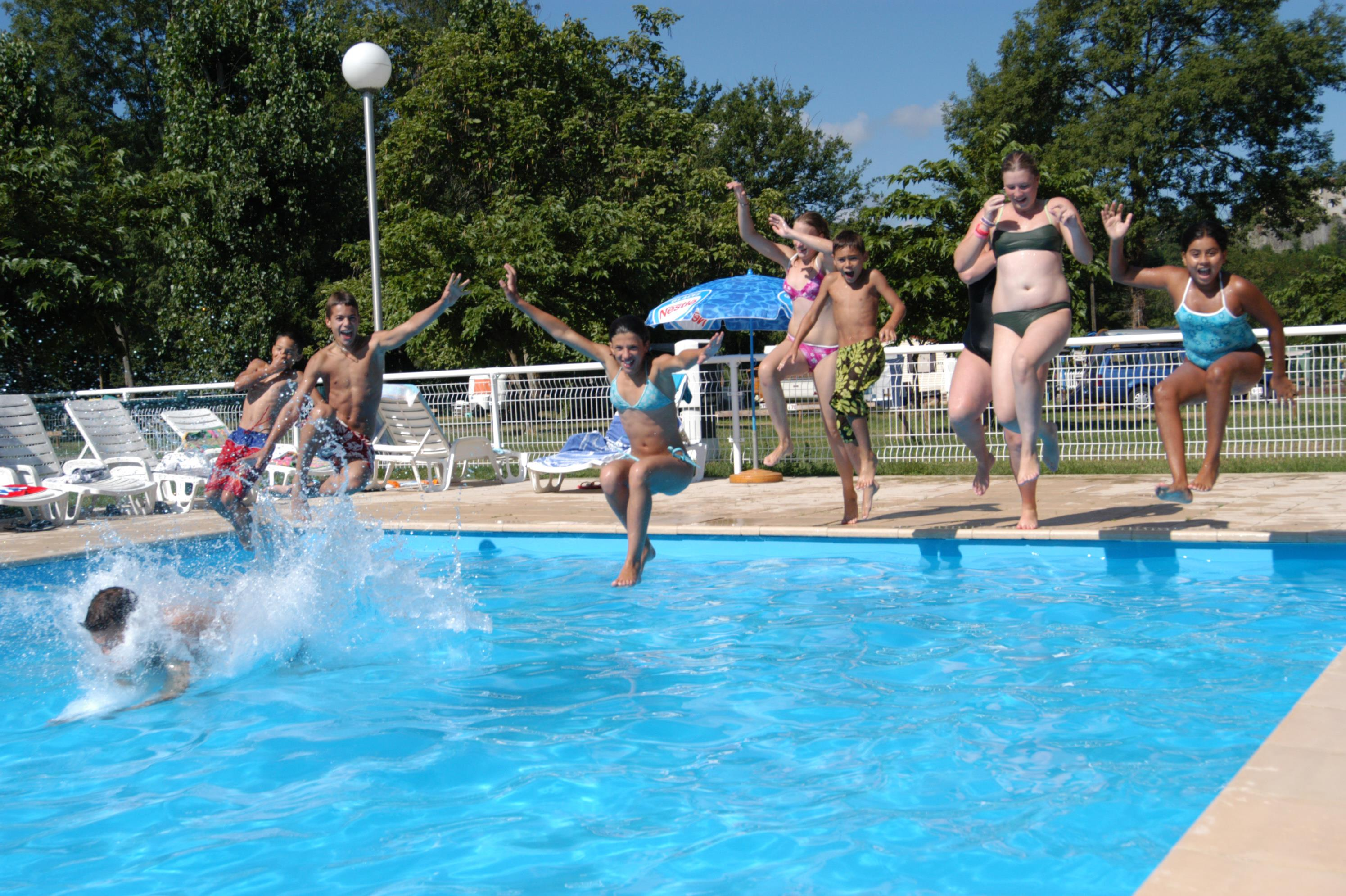 Camping ari ge du lac campings et locations de for Piscine foix